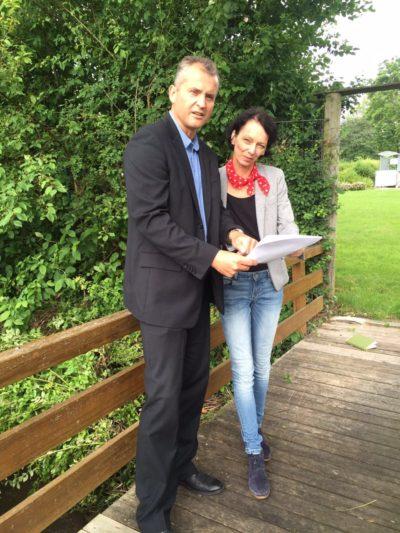 Leingartens Bürgermeister Ralf Steinbrenner mit Susanne Bay während der Begehung des Eichbottgrabens