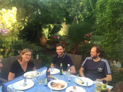 Angenehmer Tagesausklang: Grillen nach der Teamklausur bei Susanne im Garten