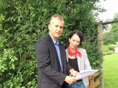Leingartens Bürgermeister Ralf Steinbrenner mit Susanne Bay während eines Besuchs im Frühjahr 2016