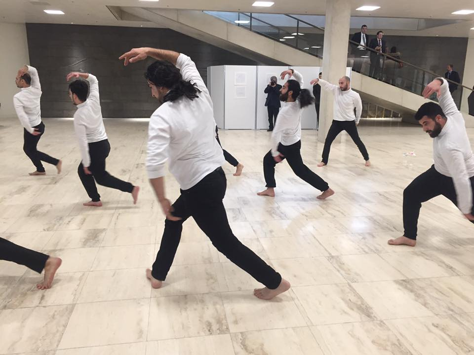 """Syrische Tänzer mit ihrer Performance """"via dolorosa"""""""